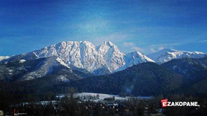 Zimowy widok z Szymaszkowej na Zakopane i Giewont