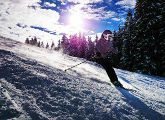 Zjazd narciarza po stoku narciarskim