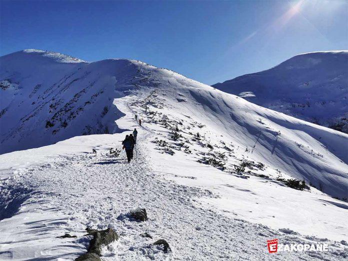 Zimowe warunki w Tatrach, Kopna Kondracka - nawisy śnieżne przy szlaku