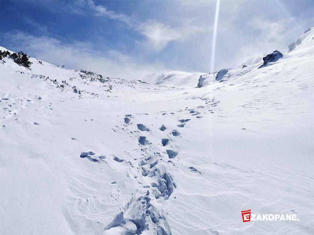Warunki w Tatrach: silny wiatr, nieprzetarte szlaki